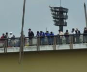 桜橋の上から見守る山田高校漕艇部員たち