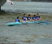 発着場にボートを付ける選手たち
